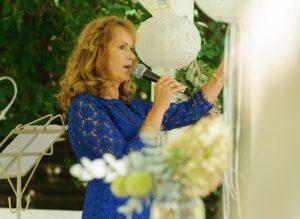 Freie Rednerin Traurednerin Annett Stelloh-Ganswindt bei einer Freien Trauung