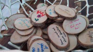 Freier Redner Axel Hahn symbolische Handlung mit beschrifteten Holzscheiben