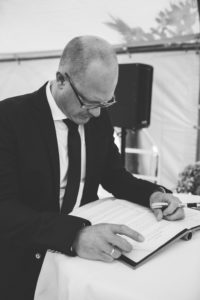 Freier Redner Axel Hahn bereitet sich auf Freie Trauung vor