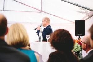 Axel Hahn Freier Redner redet auf Freier Trauung im Zelt