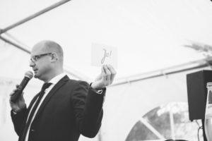 Axel Hahn in Aktion. Freie Trauung im Zelt. Ja-Wort