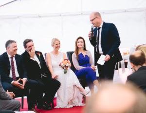 Brautpaar amüsiert sich bei Freier Trauung mit Axel Hahn