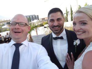 Freier Redner Axel Hahn mit Brautpaar am See