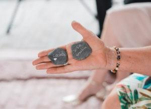 Symbolische Handlung von Axel Hahn bei Freier Trauung. Steine beschriften
