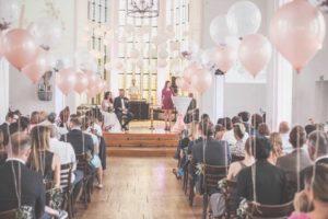 Freie Rednerin Carina Gössl aus Nürnberg auf einer Freien Trauung, Traurednerin, Freie Rednerin Franken, Hochzeitsrednerin