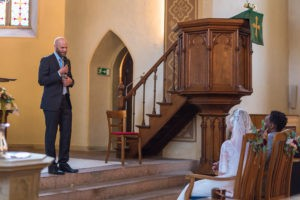Der Freie Redner Jonathan Kelly auf einer Freien Trauung in Gütersloh