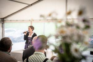Die Freie Rednerin Simone Nussbaumer auf einem Kinderwillkommensfest