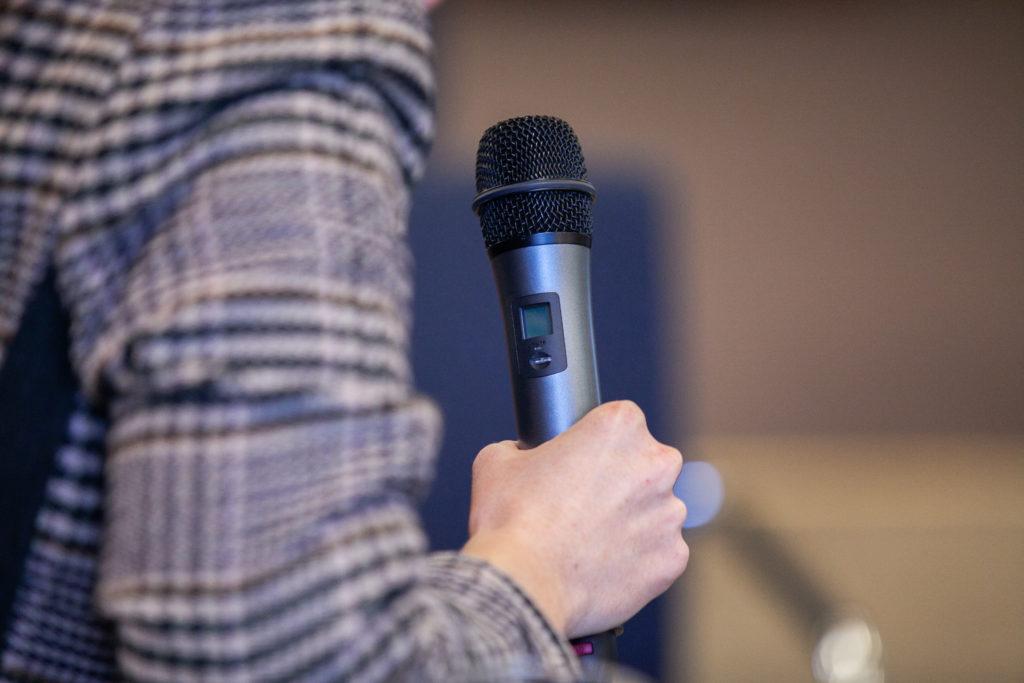 Redner mit Mikro - Aufgaben des Trauredners