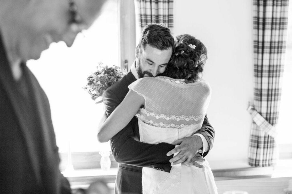 Glückliches Paar auf einer Freien Trauung direkt nach dem Trauversprechen